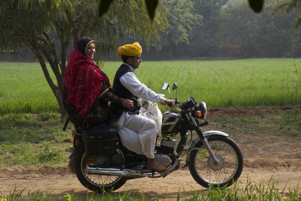Sarah Wiener in Indien mit einem Senf-Bauern  Szenenfoto von