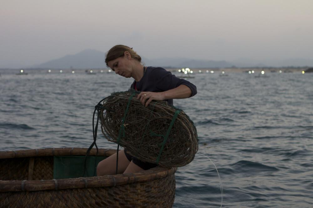 Sarah Wiener beim Auslegen einer Langustenfalle in Vietnam  Szenenfoto von