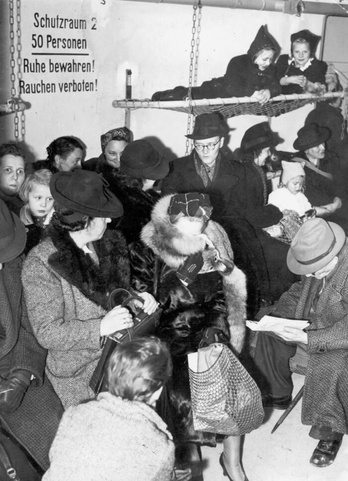 Einwohner Berlins während eines Luftangriffes in einem öffentlichen Luftschutzbunker.