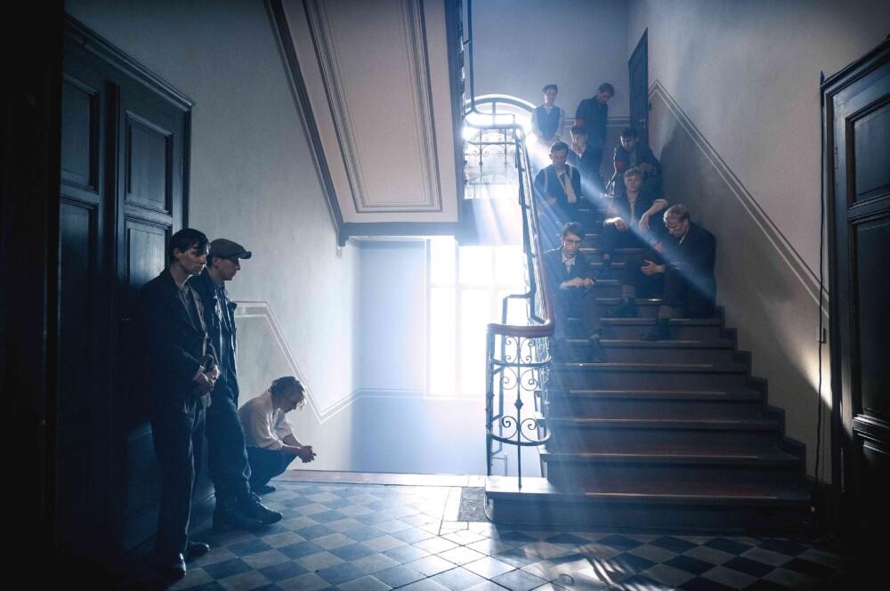 WEIMAR/BAUHAUS/FLUR ZUM DIREKTORENZIMMER Die Politischen sitzen mit Blessuren im Treppenhaus.